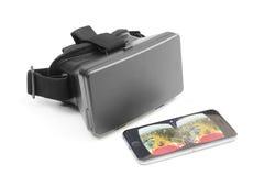 Auriculares e iPhone de VR que jogam o vídeo em YouTtube Fotos de Stock Royalty Free