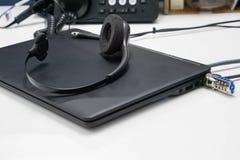 Auriculares en el ordenador portátil foto de archivo libre de regalías