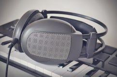 Auriculares en el teclado de Midi del electone Cierre para arriba Estilo del filtro de Instagram Fotos de archivo