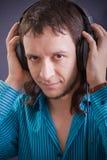 Auriculares en hombre Fotografía de archivo libre de regalías
