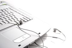 Auriculares en la computadora portátil Imagen de archivo libre de regalías