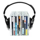 Auriculares en la pila de Cdes Imagenes de archivo