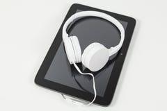 Auriculares en la tableta Fotografía de archivo