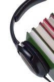 Auriculares en los libros aislados. Foto de archivo