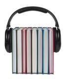 Auriculares en los libros en el fondo blanco. Imagen de archivo