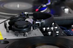 Auriculares en mezclador de sonidos foto de archivo