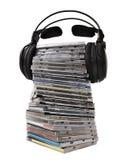 Auriculares en montón CD Imágenes de archivo libres de regalías