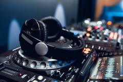 Auriculares en tablero de DJ en club de noche Foto de archivo libre de regalías