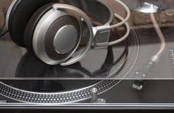 Auriculares en tocadiscos del gramófono Imágenes de archivo libres de regalías