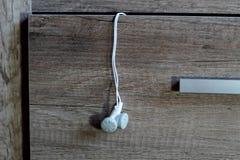 Auriculares en un cajón Fotografía de archivo