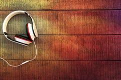 Auriculares en un fondo de madera Imagen de archivo libre de regalías