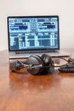 Auriculares en un ordenador portátil Fotografía de archivo libre de regalías