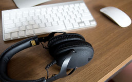 Auriculares estéreos y el teclado de un ordenador Foto de archivo