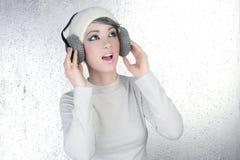 Auriculares futuristas de la música de la audiencia de la mujer de la manera foto de archivo