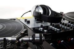 Auriculares, mezclador de sonidos y placas giratorias Foto de archivo libre de regalías