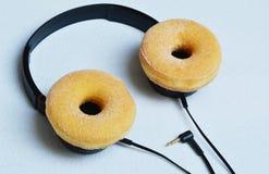 Auriculares modernos hechos del buñuelo Imagenes de archivo