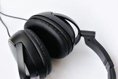 Auriculares negros de cuero Imagen de archivo