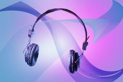 Auriculares no fundo bonito do projeto Isolado no conceito tecnologico de dispositivos de escuta tornando-se do som e da música imagem de stock