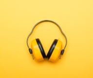 Auriculares protectores del funcionamiento amarillo Imagenes de archivo