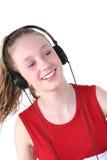 Auriculares que desgastan de la muchacha adolescente linda Imágenes de archivo libres de regalías