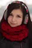 Auriculares que desgastan de la muchacha al aire libre en invierno Imagen de archivo libre de regalías