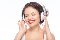 Auriculares que desgastan de la mujer atractiva joven Fotos de archivo libres de regalías