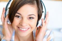 Auriculares que desgastan del adolescente Imágenes de archivo libres de regalías