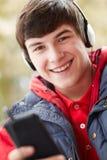 Auriculares que desgastan del adolescente que escuchan la música Fotografía de archivo libre de regalías