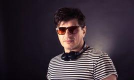 Auriculares que desgastan del hombre Foto de archivo