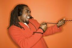 Auriculares que desgastan del hombre del African-American. Imagen de archivo libre de regalías