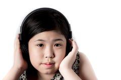 Auriculares que escuchan de la niña Fotos de archivo libres de regalías