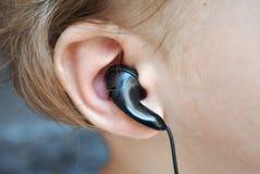 Auriculares que escuchan del oído del bebé fotografía de archivo libre de regalías