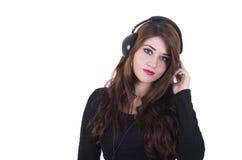 Auriculares que llevan de la chica joven bonita que escuchan Imagen de archivo libre de regalías