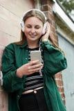 Auriculares que llevan del adolescente y el escuchar la música en urbano Imagen de archivo