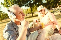 Auriculares que llevan envejecidos positivo del hombre fotos de archivo