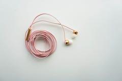 Auriculares rosados lindos para el smartphone Imagen de archivo