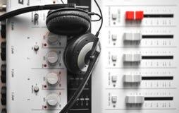 Auriculares sanos de alta fidelidad del guardia sobre mezclador portátil de sonidos Imagen de archivo libre de regalías
