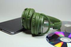 Auriculares verdes grandes con l teléfono Foto de archivo