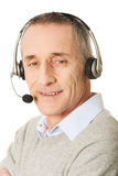 Auriculares vestindo do homem idoso do centro de atendimento Fotografia de Stock Royalty Free