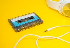 Auriculares y cinta blancos imágenes de archivo libres de regalías
