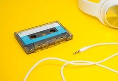 Auriculares y cinta blancos en amarillo foto de archivo