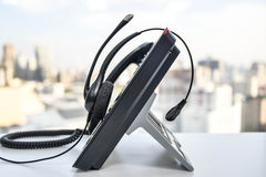 Auriculares y el teléfono del IP Imagen de archivo
