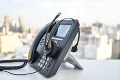 Auriculares y el teléfono del IP Foto de archivo libre de regalías