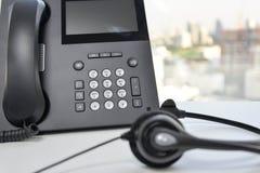 Auriculares y el teléfono del IP Imagenes de archivo