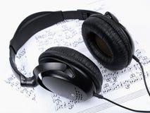 Auriculares y notas Imagen de archivo libre de regalías