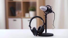 Auriculares y oficina del micrófono en casa almacen de video