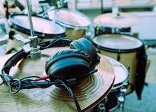 Auriculares y tambor Fotografía de archivo libre de regalías