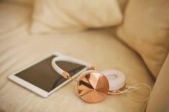 Auriculares y yo-cojín Imágenes de archivo libres de regalías