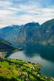 Aurland Stadt und Aurlandsfjord Stockfotos