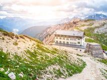 Auronzo bergkoja, aka Rifugio Auronzo, på massiva Tre Cime, Dolomites, Italien Arkivbilder